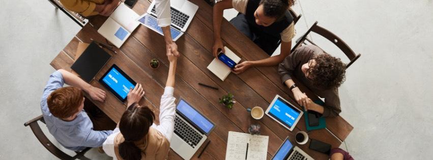 skolenia-pre-firmy-komunikacia-ludia-za-stolom